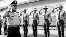 Foto de archivo del dictador panameño Manuel Antonio Noriega (izq) mientras saluda a las tropas en una localización no identificada en Panamá, en 1985. EFE