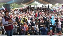 Fotografía cedida por el Movimiento Regeneración Nacional (Morena) de su candidata a la gobernación del estado México Delfina Gómez (i) hablando durante su cierre de campaña hoy, miércoles 31 de mayo de 2017, en el municipio de Chicoloapan (México). EFE