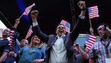 El gobernador dePuertoRico, Ricardo Rosselló (c) y la comisionada residente en Washington Jennifer González (3i) celebran el resultado del plebiscito en la sede del Partido Nuevo Progresista, en San Juan (PuertoRico). EFE.