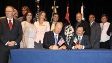 """Fotografía cedida en donde aparece el alcalde de San Diego (California), Kevin Faulconer (izq.) y el presidente de la ciudad de Tijuana (México), Juan Manuel Gastélum (dcha.) firmando una resolución para apoyar una """"renegociación responsable"""" del Tratado de Libre Comercio de América del Norte (TLCAN). EFE"""