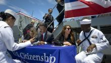Ceremonia de naturalización del ejército de EE.UU. para diez miembros nacidos en el extranjeroen San Diego, California (EE. UU.). EFE / DAVID MAUNG