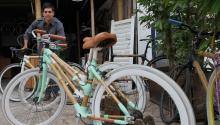 """Para impulsar su uso mediante un modelo sostenible, el mexicano Diego Cárdenas decidió retomar un modelo de bicicleta de 1890 elaborado con bambú como una """"respuesta a las condiciones sociales que sufrimos a nivel mundial"""". EFE/Mario Guzmán"""