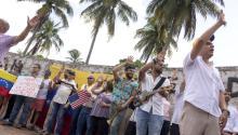 Miembros de la comunidad venezolana y cubana en el exilio en una manifestación contra Maduro el pasado 5 de agosto en Miami. EFE/CRISTOBAL HERRERA