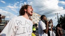 Un contra-manifestante grita a los policías antidisturbios tras los rumores de una marcha planeada por el KKK y otros grupos de supremacía blanca, en Durham, Carolina del Norte, Estados Unidos. EFE