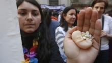 Una mujer sostiene un pequeño muñeco que representa un feto durante una protesta en las afueras del Tribunal Constitucional hoy, lunes 21 de agosto de 2017, en Santiago (Chile). El Tribunal Constitucional (TC) de Chile refrendó hoy la legalidad del proyecto de ley que despenaliza elabortoen tres circunstancias, con lo que rechazó dos requerimientos presentados por parlamentarios de derechas, informaron fuentes oficiales. EFE/Elvis González