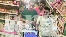 Captura del video, cedido por el diario Ara y grabado en la tarde del día 17, horas antes del atentado en Cambrils, por las cámaras de seguridad de una estación de servicio situada entre Riudecanyes y Cambrils. En las imágenes se ve a tres -Omar Hichami, Houssaine Abouyaaquob y Moussa Oukabir- de los cinco terroristas que atentaron en Cambrils realizando compras en actitud distendida. EFE/ARA