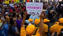 Un hombre sostiene una pancarta a favor del DACA ante la posibilidad de su eliminación por parte del presidente Donald Trump, junto a decenas de manifestantes,durante una protesta en Los Ángeles,California, el pasado viernes. EFE/Felipe Chacón