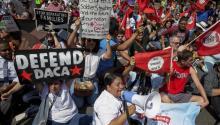 Decenas de personas sostienen pancartas y gritan consignas durante una protesta contra la decisión del presidente Trump de suspender el programa de Acción Diferida para los Llegados en la Infancia (DACA) estemartes 5 de septiembre, en las inmediaciones del Departamento de Justicia en Washington, DC. EFE