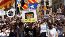Simpatizantes independentistas se han dado cita en la Pl de Sant Jaume, ante el Palau de la Generalitat, para dar su apoyo a la concentración protagonizada por alcaldes catalanes para protestar por las actuaciones del la Fiscalía contra el referéndum del 1-O. EFE/Toni Albir