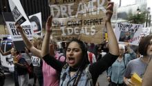 """Una estudiante de la Acción Diferida para los Llegados en la Infancia (DACA) sostiene un cartel en el que se lee """"Soy una soñadora, tu no puedes deportar los ideales"""", durante una protesta en contra del presidente Donald Trump ellunes 18 de septiembre de 2017, en Nueva York (EE.UU.). EFE/PETER FOLEY"""