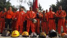 """Rescatistas conocidos como """"Los Topos"""" realizaronuna guardia de honor para conmemorar el 32 aniversario del sismo ocurrido el 19 de septiembre de 1985, momentos antes del terremoto que sacudióel pasado martesa México. EFE"""