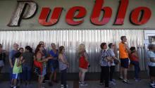 Puertorriqueños haciendo fila para accedera los auxilios enviados desde Estados Unidostras el paso del huracánMaría. EFE