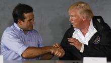 """""""La situación completa de Puerto Rico, destilada en un photo-op: la actitud condescendiente de los amos; la sumisión de los colonizados; el teatro; el insulto encima del dolor; los vasallos deslumbrados. Sí, todo está allí todavía"""". EFE"""