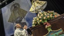 El padre Fernando Eduardo Heria, rector de la ermita de la Caridad del Cobre, saluda a la Virgen de la Caridad del Cobre, patrona de Cuba, hoy, jueves 12 de octubre de 2017, antes del oficio de una misa en el Watsco Center de Miami, Florida (EE.UU.). La celebración se pospuso al día de hoy tras su cancelación en el mes de septiembre, como consecuencia del paso del huracán Irma por la ciudad de Miami. EFE/Giorgio Vera
