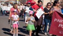 """Personas marchan para lanzar una campaña en favor de los pobres de Estados Unidos y hacer un llamado nacional por el """"renacimiento moral"""" de la nación hoy, domingo 22 de octubre de 2017, en El Paso, Texas (EE.UU.).EFE/Alberto Ponce de León"""