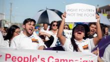"""Personas marchan para lanzar una campaña en favor de los pobres de Estados Unidos y hacer un llamado nacional por el """"renacimiento moral"""" de la nación el pasado domingo 22 de octubre de 2017, en El Paso, Texas (EE.UU.). Los activistas gritaron consignas y entonaron coros alusivos a la defensa de los derechos humanos y los 11 millones deindocumentadosque radican en el país. EFE/Alberto Ponce"""