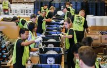 Voluntarios de Habitat for Humanity preparan 2.000 kits para construir refugios para las víctimas de los huracanes enPuertoRico, en un almacén de Covington, Georgia (Estados Unidos) hoy, 24 de octubre de 2017. Los kits se distribuirán entre las familias afectadas enPuertoRico. EFE/Erik S. Lesser
