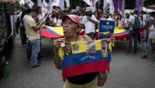 """Decenas de chavistas marcharon el pasado 25 de octubre en Caracas para celebrar el """"Día Nacional del Socialismo Feminista"""", decretado por la oficialista Asamblea Nacional Constituyente (ANC), y para expresar su rechazo al """"terrorismo especulativo"""", así como su apoyo al presidente Nicolás Maduro. EFE/Miguel Gutiérrez"""