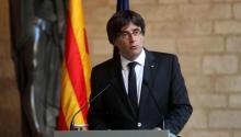 """El presidente de la Generalitat, Carles Puigdemont, durante la comparecencia realizada el miércoles por la tardeen el Palau de la Generalitat, en Barcelona, en la que ha dejado vía libre para que el Parlament apruebe una declaración de independencia, al no haber obtenido """"garantías"""" por parte del Gobierno estatalpara celebrar unas elecciones anticipadas enCataluñasin aplicar el artículo 155, que anula la autonomía de la región. EFE/Toni Albir"""