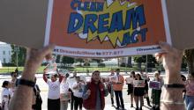 El estudiante Ricardo Campos (c),habla a favor del proyecto Dream Act durante una manifestación convocada estejueves 2 de noviembrepor el grupo United We Dream en en Washington D.C. EFE