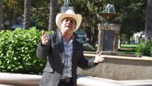 """Oriundo de Culiacán, Sinaloa, México, Hernández se ha recuperado de las drogas y hoy regresa a los escenarios para presentar """"El Solicitado"""", canción que lidera su nuevo álbum. """"Este disco lo quiero hacer ranchero, ciento por ciento alegre, para la gente a la que le gustan los corridos, las rancheras"""", dijo a Efe Hernández, de 39 años. EFE/Iván Mejía"""