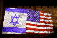 Las banderas de EE.UU. y deIsraelson proyectadas en el muro de la ciudad de Jerusalén, el 6 de diciembre del 2017