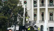 Trabajadores preparan la maquinaria para talar el simbólico magnolia Jackson, en la fachada sur de la Casa Blanca de Washington DC (Estados Unidos) el pasado 27 de diciembre de 2017. La primera dama de EEUU, MelaniaTrump, ordenó la retirada de una magnolia histórica que decora la fachada sur de la Casa Blanca desde comienzos de 1800, debido a su mal estado de conservación. EFE/ Jim Lo Scalzo