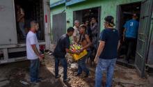 Un trabajador de una licorera que fue saqueada en horas de la madrugada en el sector La Vega saca productos del local comercial este jueves 28 de diciembre del 2017, en Caracas (Venezuela). Durante la madrugada de este jueves se registraron en varios puntos deVenezuelaprotestas por la escasez de alimentos para completar el menú navideño, gas y agua, informaron hoy medios locales. EFE/MIGUEL GUTIÉRREZ
