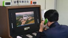 Un funcionario comprueba la línea directa intercoreana instalada en la Zona de Seguridad Conjunta (JSA) en la localidad fronteriza de Panmunjom (Coreadel Sur) hoy, 3 de enero de 2018. El régimen norcoreano anunció hoy, 3 de enero de 2018, que reabrirá las suspendidas líneas de comunicación conCoreadel Sur como parte de la voluntad de retomar el diálogo expresada por su líder, Kim Jong-un, en su mensaje de Año Nuevo. EFE/ Yonhap