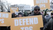 Activistas pro inmigración, líderes comunitarios e inmigrantes protestan frente a la Casa Blanca contra la cancelación del estatus de protección temporal (TPS) a los salvadoreños. EFE