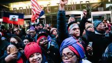 Cientos de manifestantes salieron a la calle el pasado 15 de enero para protestar ante los recientes comentarios del presidente estadounidense Donald J. Trump sobre inmigrantes de Haití y de países africanos. La elección de Trump a la presidenciade EE.UU simboliza el éxitodel populismo, según HRW. EFE/ALBA VIGARAY