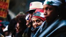 La gente se congrega para participar en una manifestación contra el racismo en Times Square en Nueva York (EE. UU.). Ante los recientes comentarios del presidente estadounidense Donald J. Trump sobre inmigrantes de Haití y de países africanos. La manifestación coincide con el Día de Martin Luther King Jr. EFE