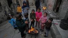 Niños refugiados palestinos se calientan junto a una hoguera en las calles del campo de refugiados de al Shatila, al oeste del norte de Gaza, el 17 de enero de 2018. Según medios de comunicación, el presidente de los Estados Unidos, Donald J.Trump, había prometido congelar alrededor de 125 millones de dólares de ayuda para la Agencia de Ayuda y Obras de las Naciones Unidas (UNRWA) para Refugiados Palestinos. EFE/MOHAMMED SABER