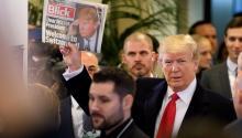 El presidente de EE.UU., Donald J.Trump(c), muestra un ejemplar del periódico suizo Blick a su llegada al Centro de Congresos durante la última jornada de celebración del 48º Foro Económico Mundial deDavos(Suiza) hoy, 26 de enero de 2018. EFE/LAURENT GILLIERON
