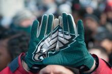 SB01. FILADELFIA (EE.UU.), 08/02/2018.- Miles de seguidores de los FiladelfiaEaglesparticiparon eljueves 8 de febrero de 2018, en el desfile de su equipo para celebrar la victoria en laSuperBowl, en Filadelfia (EE.UU.). EFE