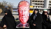 Mujeres iraníes sostienen una caricatura de Trump en Teheráneste fin de semana. Foto:EFE/EPA/ABEDIN TAHERKENAREH