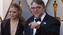 El directormexicanoGuillermo Del Toro posa a su llegada hoy, domingo 4 de marzo de 2018, a la ceremonia de la 90 edición de los premios Óscar, en el Teatro Dolby, en Hollywood, California (Estados Unidos). EFE/Saalik Khan
