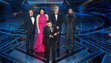 """El director chileno Sebastian Leilo recoge el premio a Mejor película de habla no inglesa por """"Una mujer fantástica"""" durante la90 edición de los Premios de la Academia. Foto: EFE/EPA/AARON POOLE / AMPAS"""