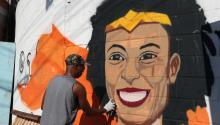 Un hombre pinta un grafiti del rostro deMarielleFrancoen la favela carioca de Maré, donde nacióMarielle, en homenaje a la memoria de la concejala asesinada y en demanda de castigo a los culpables.Nacida y criada en Maré,Franco, de 38 años, y el chófer que conducía su coche fueron asesinados en la noche del miércoles en el centro de Río de Janeiro. EFE/Marcelo Sayão