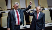 El recién posesionado presidente de CubaMiguel Díaz-Canel junto a su predecesorRaúl Castro. Foto cortesía deIrene Pérez/Cubadebate.