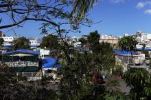 Fotografía del 18 de marzo de 2018, donde se muestran los techos de las casas afectadas por el paso de los huracanes Irma y María cubiertos con toldos en el barrio Santurce del municipio de San Juan,PuertoRico. EFE
