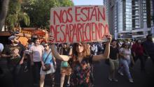 Estudiantes de la escuela de cine en Guadalajara (México), manifestándose por el asesinato de 3 de sus compañeros a mediados de abril por presuntos miembros del crimen organizado. La corrupción y la violencia organizada son temas constantes en la literatura mexicana. EFE/Carlos Zepeda