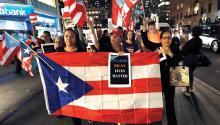 Cientos de personas protestan cerca de la Torre Trump después de un servicio interreligioso bilingüe por las víctimas del huracán María el pasado, jueves 20 de septiembre, en la Iglesia de San Bartolomé en Nueva York. EFE