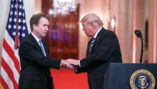 El presidente de Estados Unidos, Donald Trump (d), saluda al nuevo juez del Tribunal Supremo, Brett Kavanaugh (i). EFE