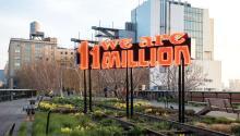 """Fotografía cedida por High Line Art donde se observa la obra """"Somos 11 Millones"""", creada por la artista y activista Andrea Bowers, y ubicada en el parque elevado """"High Line"""", en Nueva York. EFE"""