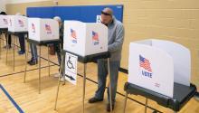 Ciudadanos emiten su voto en un colegio electoral en el Deep Run High School de Glen Allen, Virginia (Estados Unidos), el 6 de noviembre de 2018. Estados Unidos celebra hoy unas elecciones legislativas en las que se renovarán los 435 escaños de la Cámara de Representantes y un tercio de los 100 del Senado. EFE