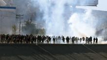 Vista de gases lacrimógenos que la policía fronteriza utiliza para evitar que grupos de personas crucen hoy, la garita El Chaparral, de la ciudad de Tijuana, en el estado de Baja California (México). EFE