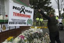 Un hombre extiende una pancarta durante un homenaje a los cadetes muertos por la explosión del carro bomba contra la Escuela de Cadetes de la Policía General Santander, este domingo en Bogotá (Colombia). Miles de colombianos se tomaron hoy las calles de todo el país para protestar contra el terrorismo que el jueves se cobró la vida de 20 cadetes y dejó 68 heridos por la detonación de una camioneta bomba en la Escuela de la Policía en Bogotá, ataque atribuido a la guerrilla del ELN. EFE