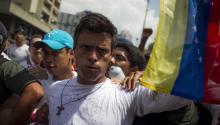 18/02/2014.- El dirigente opositor venezolano Leopoldo López se entrega a miembros de la Guardia Nacional (GNB, policía militarizada) el día martes 18 de febrero de 2014, en una plaza en Caracas (Venezuela). López, contra el que pesa una orden de captura por los incidentes del pasado miércoles al término de una marcha que dejaron tres muertos, fue introducido en un vehículo blindado de la GNB que salió entre cientos de seguidores de López, según pudo constatar Efe. EFE/ MIGUEL GUTIÉRREZ