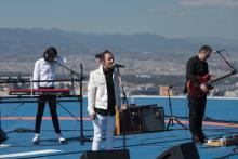 Los integrantes de la agrupación de rock Café Tacvba en concierto el día jueves 01 de diciembre de 2016, en lo alto del edificio corporativo en Ciudad de México (México), donde interpretaron siete canciones, a unos 2.490 metros de altitud, ante 20 seguidores elegidos mediante un concurso. El octavo disco de estudio de Café Tacvba, que saldrá a la luz en 2017, dará un paso hacia donde no había estado antes la banda mexicana, dijo el bajista Quique Rangel. EFE/ Sáshenka Gutiérrez